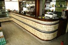 Bancone bar con rivestimento adesivo astratto