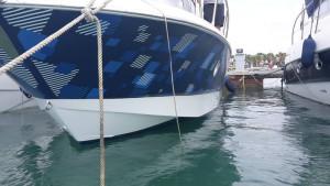 Boat wrapping: barca in mare dopo la decorazione